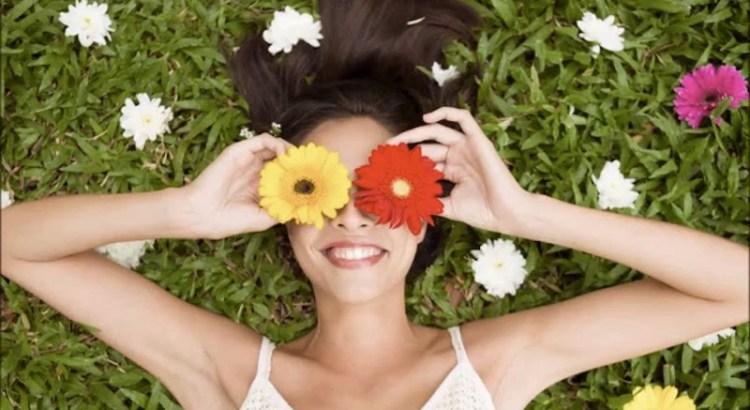 pensamentos e palavras, pessoa florida, pessoa deitada com flores