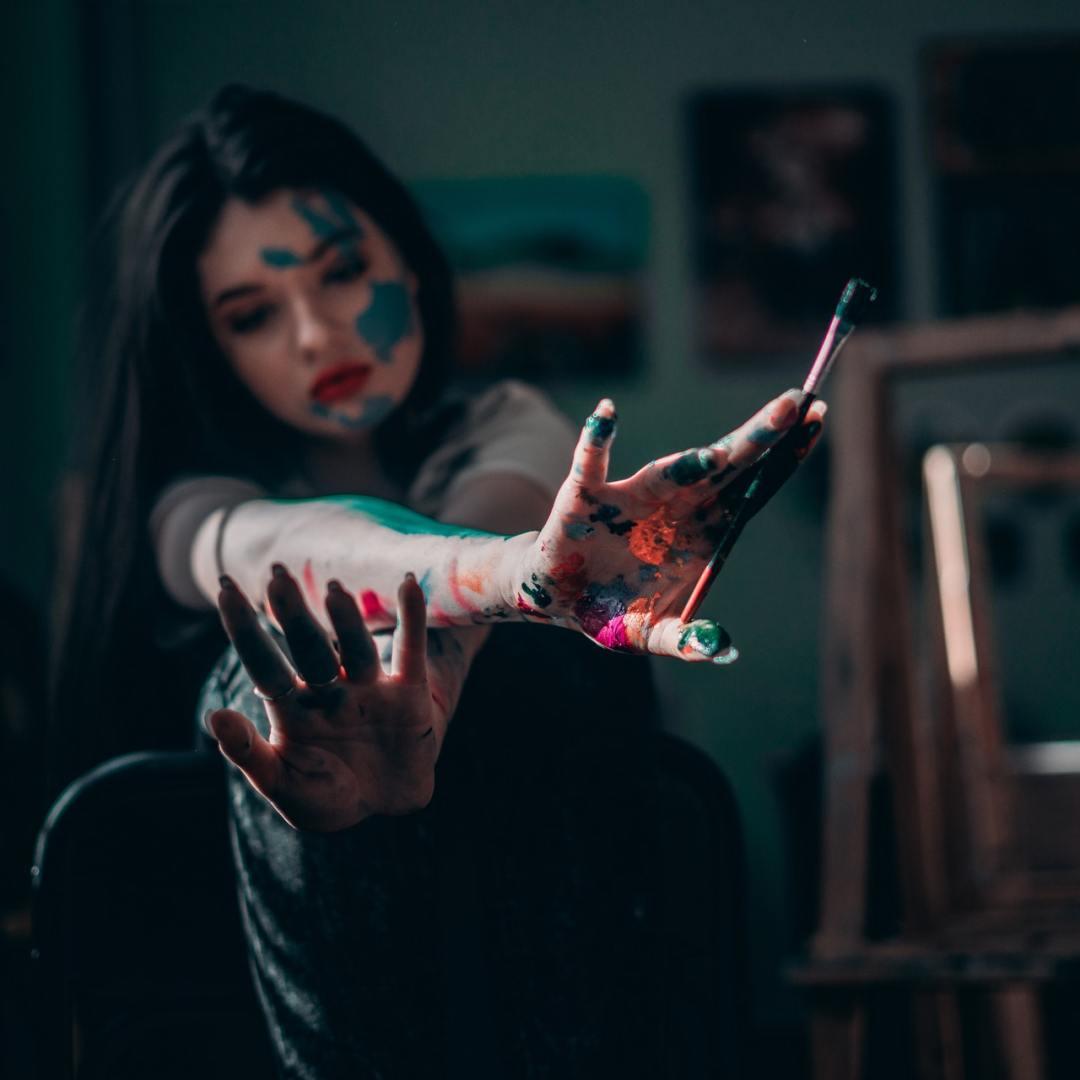 arteterapia no psico.online - mulher segurando o pincel