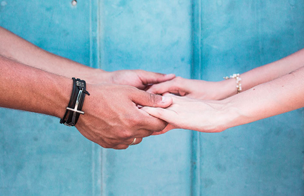 Casal mãos dadas
