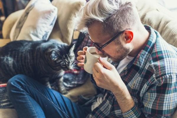 Homem bebendo café.