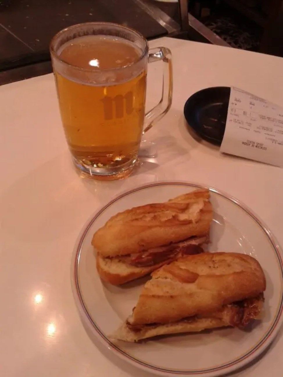 Disfrutando solo de una cerveza y un serranito en una de mis llegadas a España