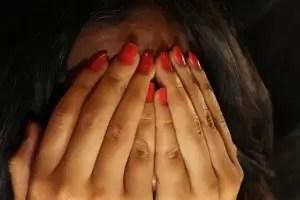 Imagem - mãos femininas cobrindo rosto