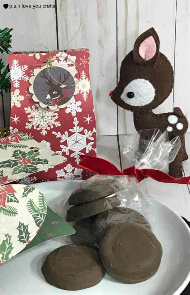 Cricut Cookie Boxes made with the Explore or Maker - We always want to give handmade cookies as gifts during the holidays, but it's difficult to find Cookie gift boxes for them. #cricut #cricutmaker #cricutexplore
