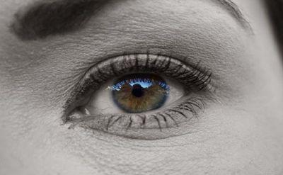 Ojo de mujer en hipnosis