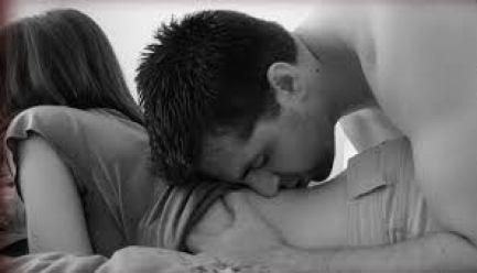 Hombre besando a mujer