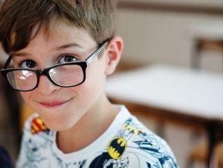 Niño con dislexia, dificultad del aprendizaje
