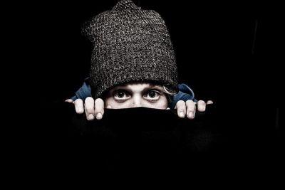 Hombre escondiéndose