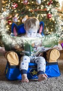 Foto de un niño leyendo en su pequeña butaca