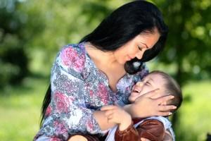 Madre que abraza a su hijo pequeño