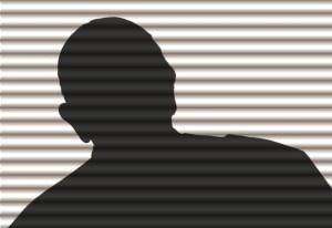 Fotografía de una silueta de un hombre detrás de una cortina.