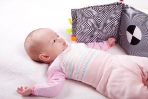 bebé mirando un libro de estimulación