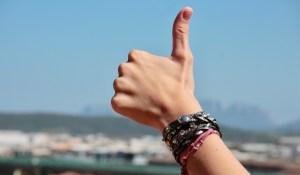 Foto de un dedo pulgar en posición de OK