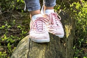 fotografía de una persona en equilibrio sobre un tronco de árbol