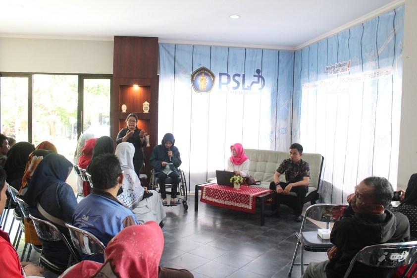 Ucca Arawindha memberikan pantikan diskusi mengenai gerakan perempuan difabel di Yogyakarta pada Rabu, 5 September 2018, di Rumah Layanan Disabilitas Universitas Brawijaya.
