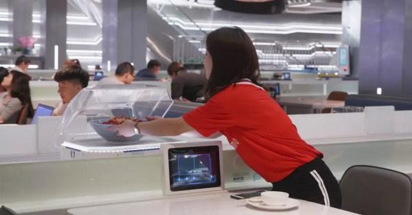 В китайском ресторане официантов заменили роботы и конвейеры