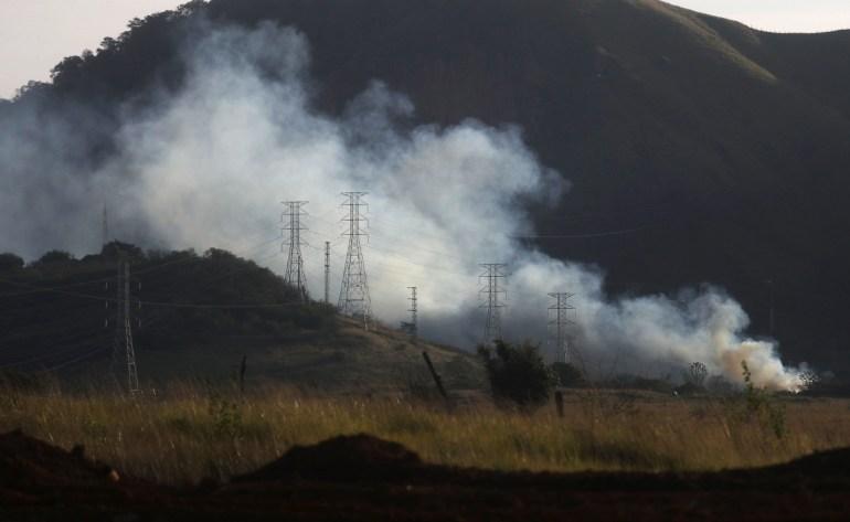 In einem entwaldeten Teil des Atlantischen Regenwaldes brennt ein Buschfeuer.