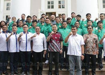 Timnas futsal U20 foto bareng Ketua PSSI Edy Rahmayadi dan Ketua FFI, Hary Tanoesoedibjo