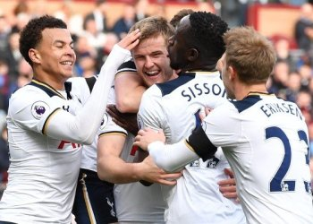 Para pemain Tottenham Hotspur merayakan gol Eric Dier (tengah) dalam laga lanjutan Liga Utama Inggris melawan Burnley di Stadion Turf Moor, Burnley, Inggris