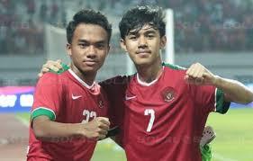 Luthfi Kamal (kanan) pahlawan kemenangan Timnas U-22 saat kandaskan Vietnam di semifinal Piala AFF U-22. (Foto: Bolalob)
