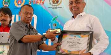 Ketua Asprov PSSI Jatim Ahmad Riyadh saat menerima penghargaan dari SIWO PWI Jatim. (Foto: Faris/PSSI JATIM)