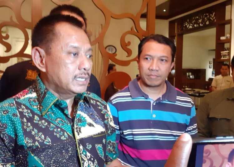 Sekdaprov Jatim Heru Tjahyono didampingi Sekretaris Asprov PSSI Jatim saat memberi keterangan pers, Selasa 18 Februari 2020. (Foto: Asprov PSSI Jatim)