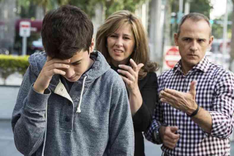 Родители ругают подростка