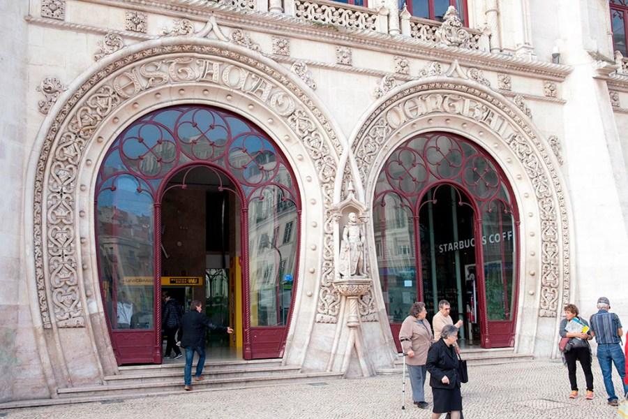 Budynek dworca Rossio niekoniecznie kojarzy się ze stacją kolejową.