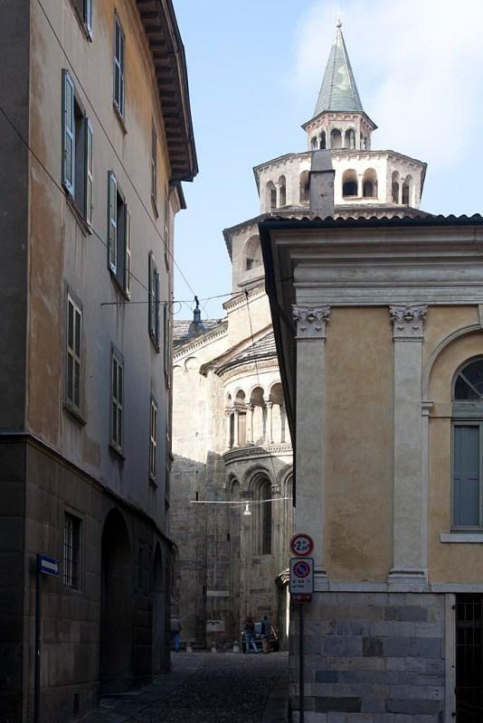 Widok na kościół w wąskiej uliczki.