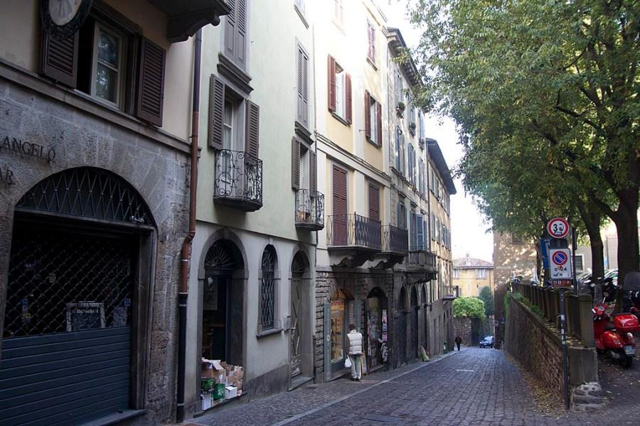 Lekko pochyła ulica na obrzeżach starego miasta