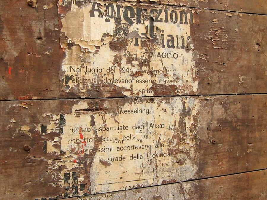 Resztki starego plakatu na ulicy w Bergamo
