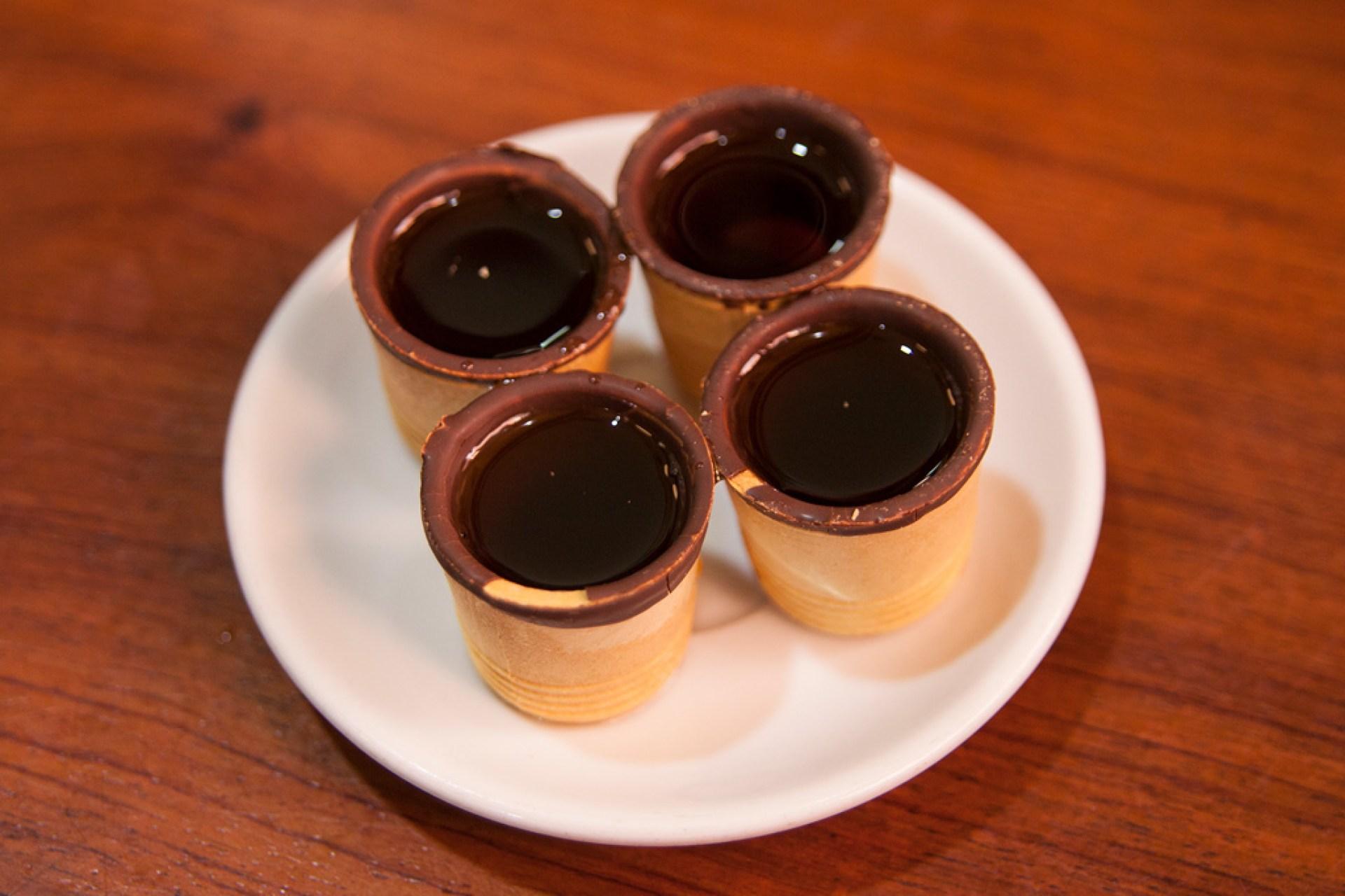 Kieliszki z wafelka oblanego czekoladą. Pełne likieru el madroño :)