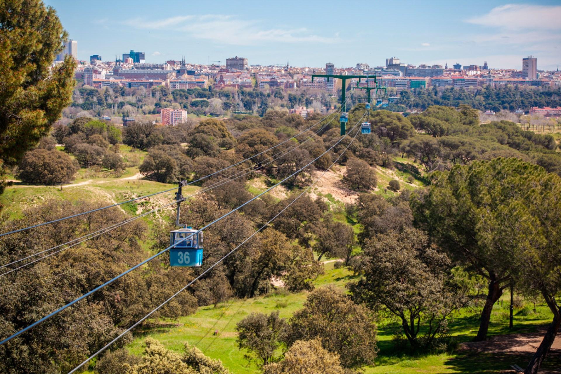 Widok na miasto ze stacji Teleferico w Casa de Campo