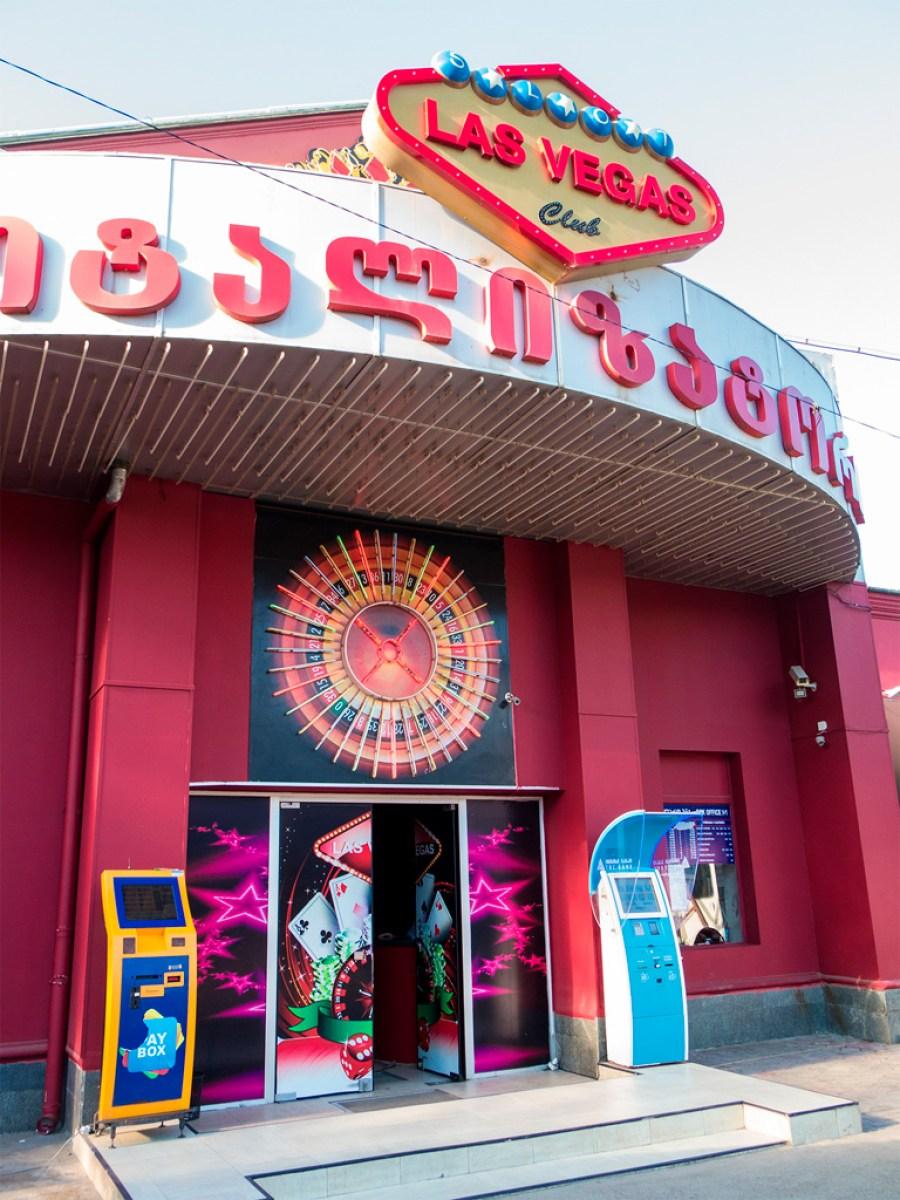 Dworzec autobusowy w Kutaisi. Kasa biletowa to to malutkie okienko z prawej. Naprzeciwko Las Vegas jest jedyny w mieście MacDonald's ;)