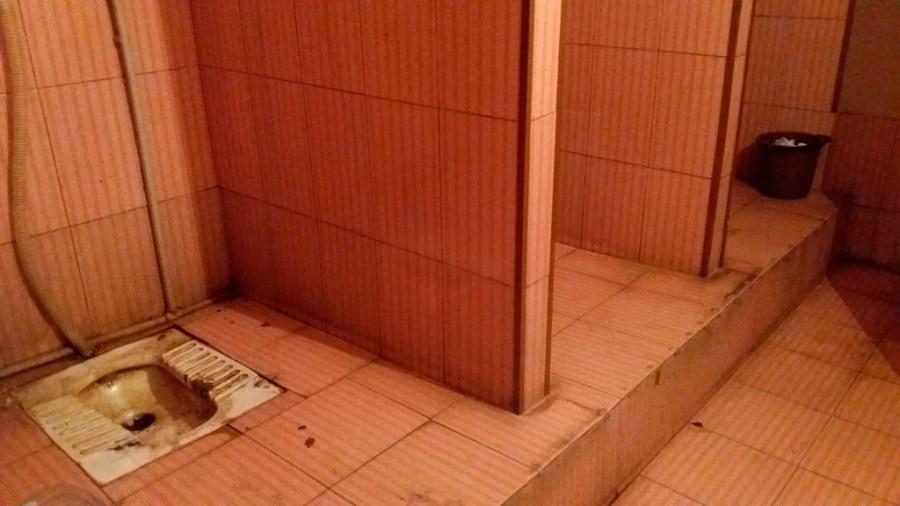 Toaleta na dworcu. Tak, bez drzwi :)