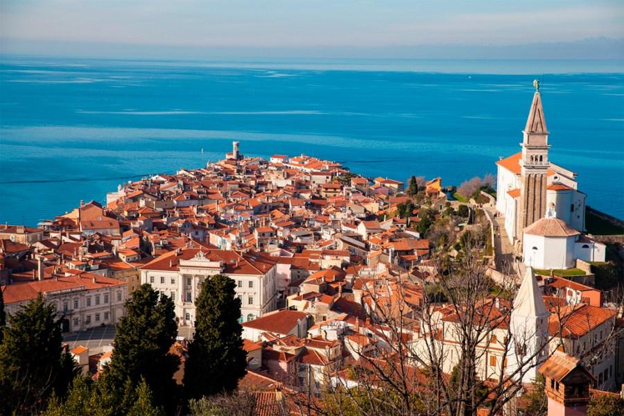 Piran to miasteczko położone na półwyspie