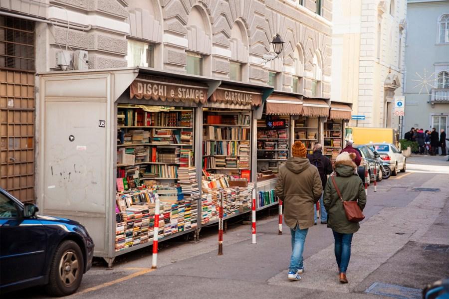 Stragany z książkami w bocznej uliczce