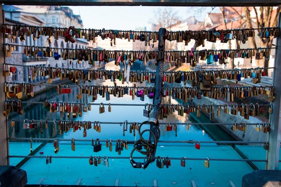 Tysiące kłodek z imionami zakochanych par na balustradzie mostu