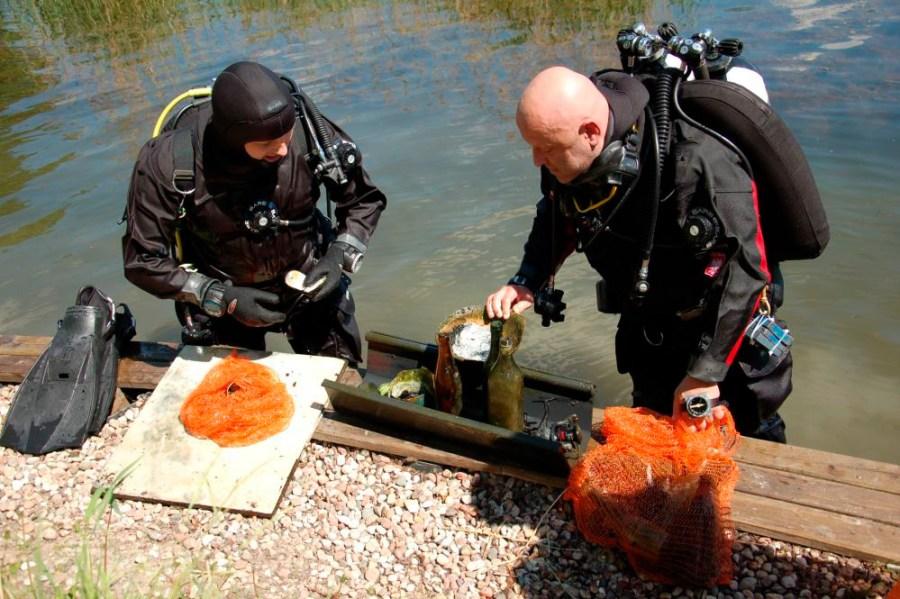 Sprzątanie jeziora - nurkowie po wydobyciu pierwszych śmieci