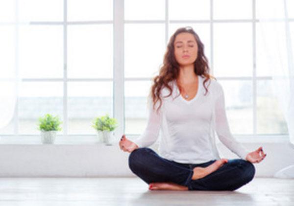 Қыз медитация жасайды