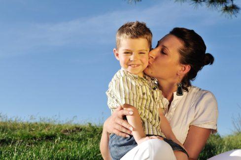 Moeder en zoon blij buiten
