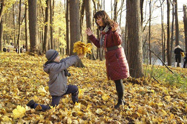 Vrolijke moeder en zoon in bos