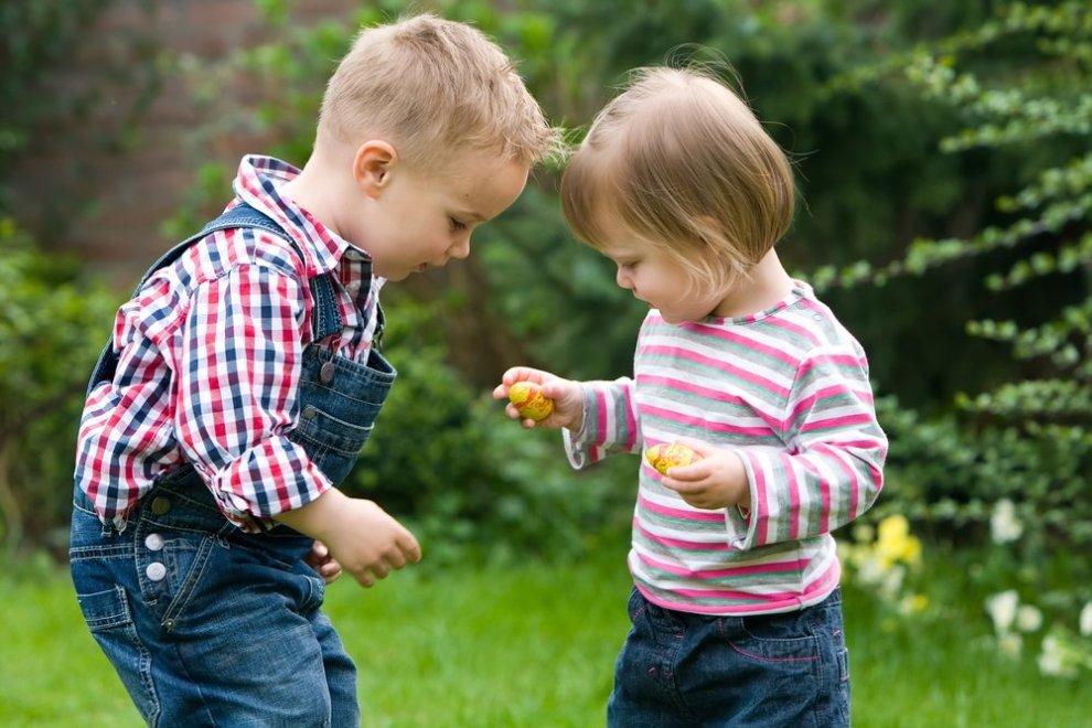 peuter deelt speelgoed met andere peuter