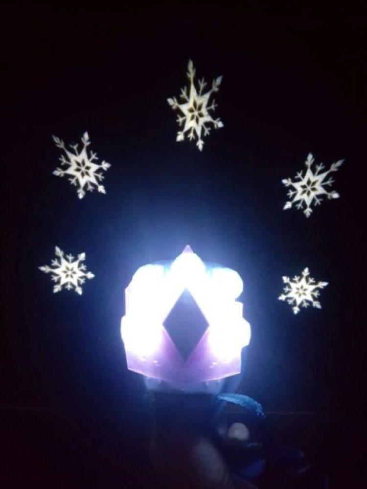 157493371287259999351-576x1024 Pomysł na prezent: Magiach w zabawkach dla dzieci: FROZEN  2 KRAINA LODU  – Magiczny Projektor Elzy i Laleczka Szepnij i Rozświetl.