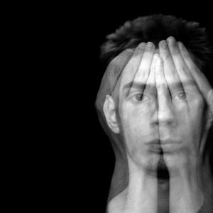 dobbelteksponering mann som holder hendene foran ansiktet