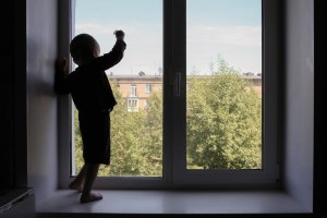 barn som står i et vindu og ser ut