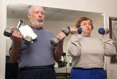 eldre par som løfter vekter