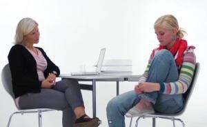 Helsesykepleier i samtale med skoleelev