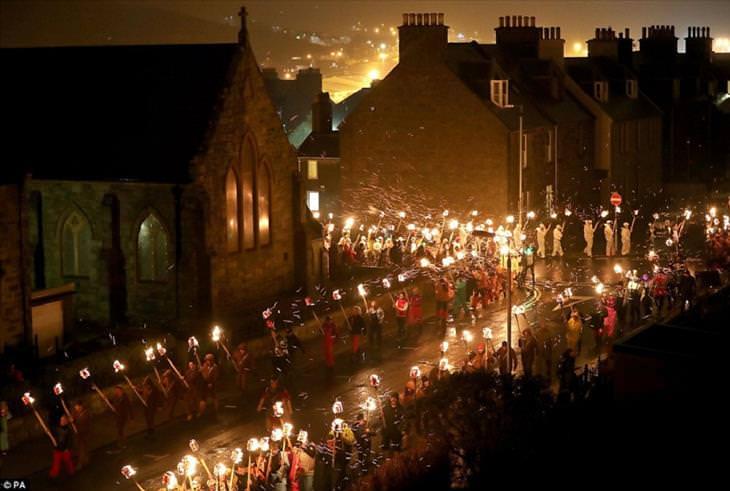 O maior festival viking do mundo celebrado na Escócia