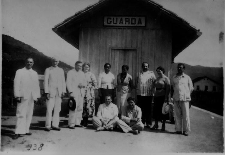 Antonieta avec un groupe de politiciens et d'intellectuels de son temps. Publié avec l'autorisation de Magnolia Produções / Traitement par Yannet Briggiler