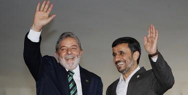الزيارة التي قام بها الرئيس الإيراني، محمود أحمدي نجاد إلى البرازيل، عام 2009. الصورة من وزارة العلاقات الخارجية في البرازيل (تحت رخصة المشاع الإبداعي)